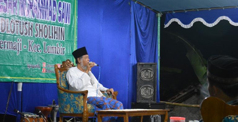 Habib Idrus tengah memberikan tausiyah dalam rangka peringatan Maulid Nabi Muhammad SAW di komplek Masjid Roudlatush Sholihin Igir Putih Desa Dermaji