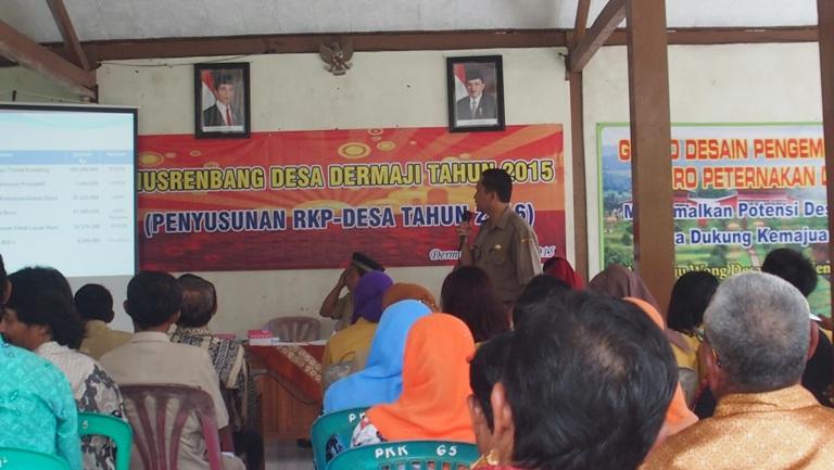 Kepala Desa Dermaji sedang memberikan paparan kegiatan pembangunan desa pada Musrenbang 2015