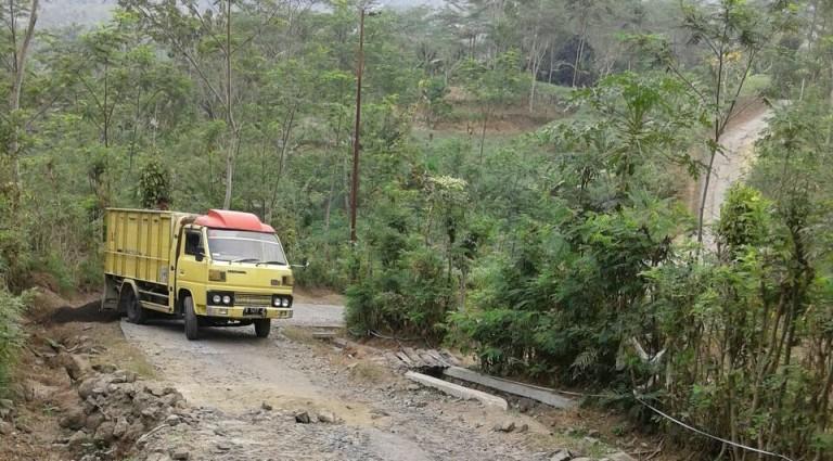 Sebuah truck nampak sedang melakukan pengedropan material untuk perbaikan jalan Dermaji - Citunggul