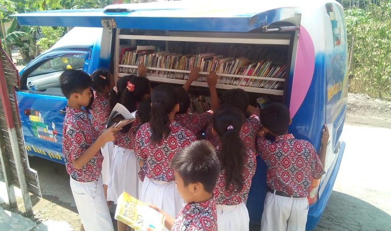 Anak-anak SD Negeri 1 Dermaji memilih bacaan-bacaan yang dbawa mobil keliling Perpustakaan Daerah