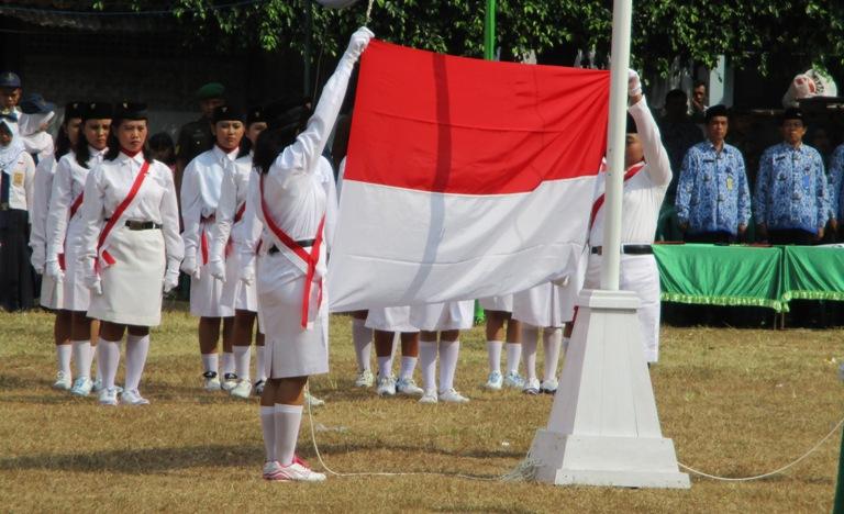 Pengibaran Bendera dalam rangka Peringatan HUT Proklamasi Kemerdekaan RI ke-70 di Lapangan Kubang Aji Dermaji