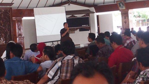 Kades Dermaji saat berbagi pengalaman melakukan tata kelola informasi desa di Pendopo Malowapati Kabupaten Bojonegoro Jawa Timur