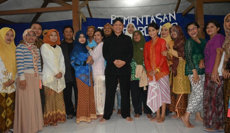 Mahasiswa KKN Unsoed berfoto bersama Kepala Desa dan Perangkat Desa Dermaji usai Pementasan Teater Bonang