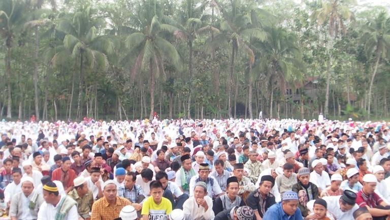 Ribuan Umat Islam Desa Dermaji lakukan sholat iedul fitri di Lapangan Kubang Aji