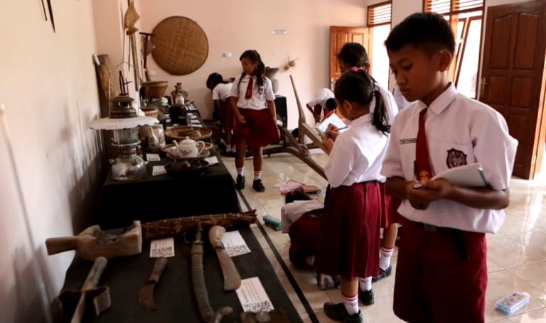 Nampak anak-anak SD Negeri 3 Dermaji sedang lakukan kegiatan pembelajaran di Museum Naladipa