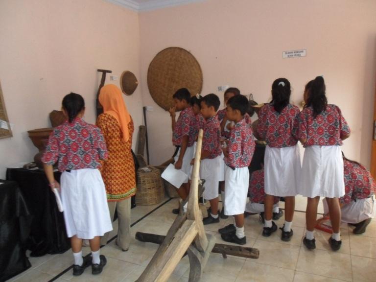Siswa siswi Kelas V SD Negeri 1 Dermaji saat mengunjungi museum naladipa