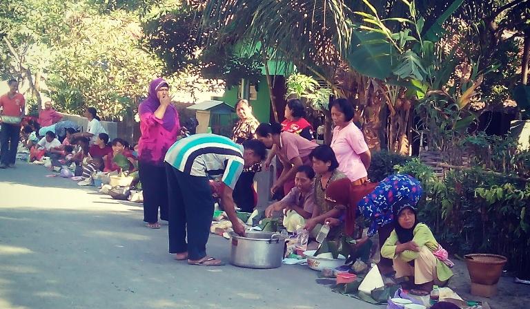 Masyarakat RW 1 Desa Dermaji saat melaksnakan tradisi sedekah bumi di komplek Balai Pertemuan RT 2 RW 1